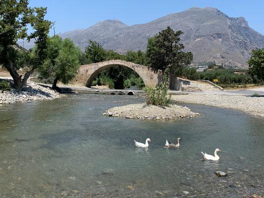 Die venezianische, viel bewunderte Brücke Preveli mit den drei allzeit anwesenden Statisten