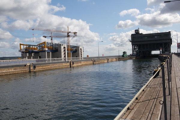 Auf Augenhöhe mit dem oberen Kanal, links befindet sich das neue Hebewerk im Bau