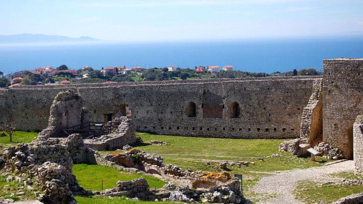 Die herrliche Aussicht reicht bis hinüber zur Insel Zakynthos