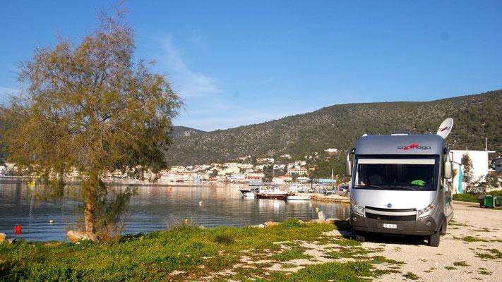 Ein ruhiger Übernachtungsplatz mit Blick auf Korfos - wenn da nicht der mitternächtliche Lärm der frühlingsspürenden Katzen wäre!!