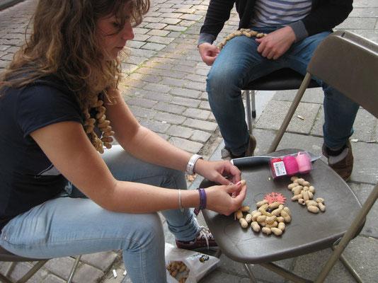 Der etwas andere Halsschmuck entsteht aus Erdnüssen