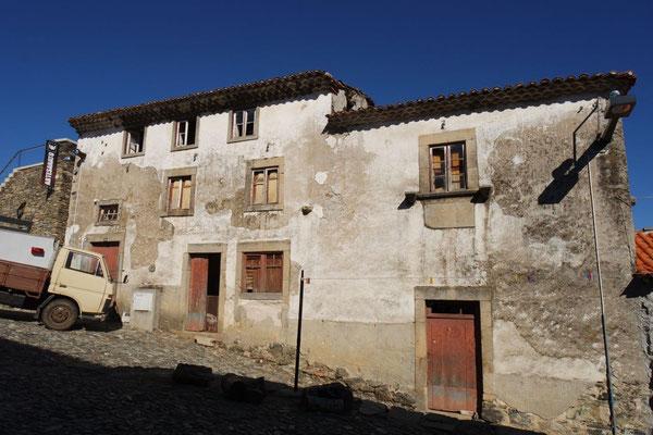 Auch das ist typisch Portugal, und gleich gegnüber .......