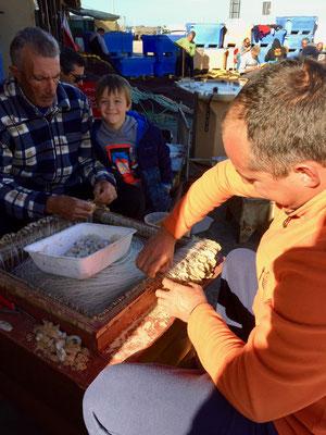 Geduldige Vorbereitungsarbeit für den nächtlichen Fischfang