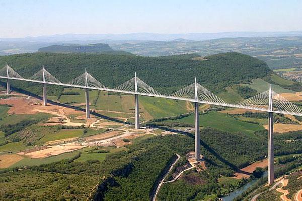 Mit 2460 m ist es die längste Schrägseilbrücke der Welt