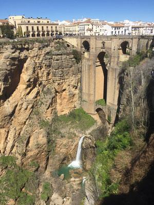 Die Puente Nuevo in Ronda, das beeindruckende Brückenbauwerk aus dem 18. Jahrh. über der Schlucht des Rio Guadalevin. Sie verbindet den alten mit dem neuen Stadtteil