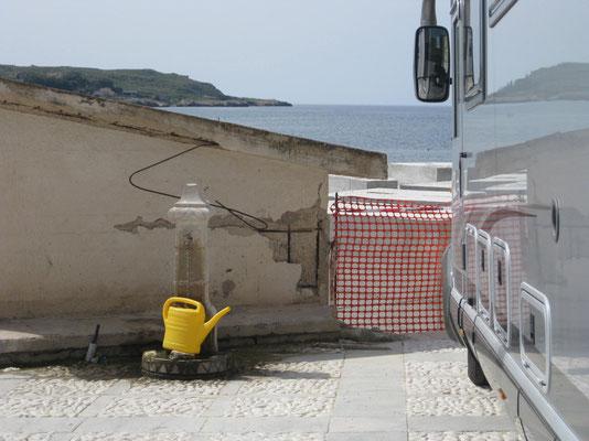 Wassertankfüllung am Hafen von Tonnara di Bonagia