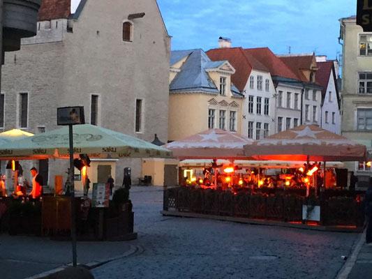 Belebter Hauptplatz zu später Stunde in der Altstadt - die Nacht nimmt sich eine Auszeit!