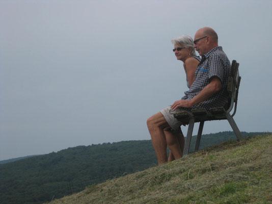 Zwei auf einer Bank - hinter der St. Anna Kapelle in Belvoir