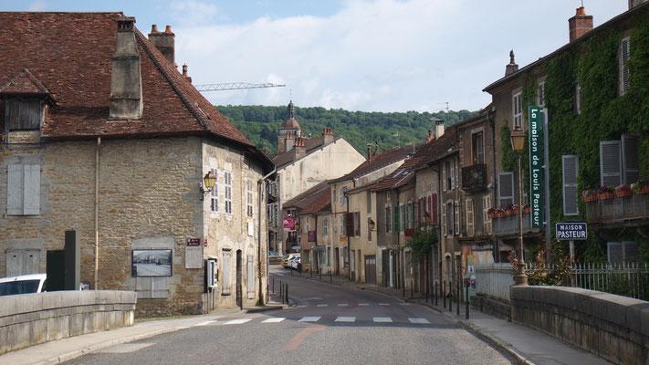 Einfahrt ins historische Städtchen Arbois, im französischen Jura