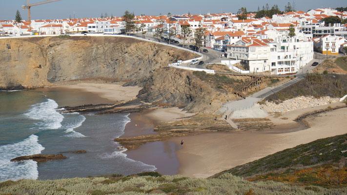 .... Blick auf Zambujeira do Mar bei Tag