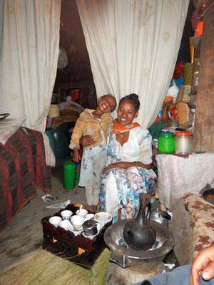 La Buna Cérémonie, une marque de respect.  Lalibela en Ethiopie. Lalibela en trek une ville sereine.  Voyage Séjour Trekking et randonnée, Road Trip en Ethiopie.  Région Amhara