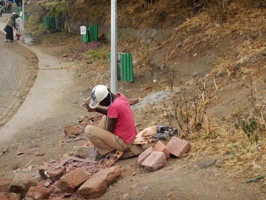 Un tailleur de pierre éthiopien à Lalibela.  Trek à  Lalibela en Ethiopie. Voyage Séjour Trekking et randonnée, Road Trip en Ethiopie.  Région Amhara