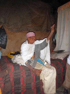 Une Nonesse de Lalibella file le coton. Lalibela en trek une ville sereine.  Voyage Séjour Trekking et randonnée, Road Trip en Ethiopie.  Région Amhara