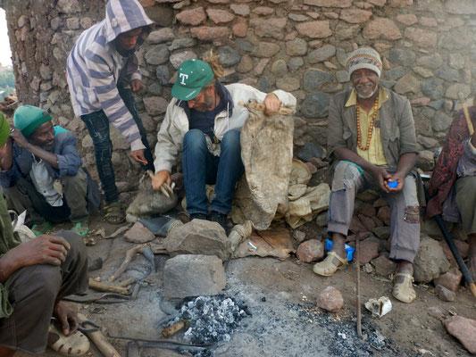 J'apprends à me servir d'un soufflet à   Lalibela en Ethiopie. Voyage Séjour Trekking et randonnée, Road Trip en Ethiopie.  Région Amhara