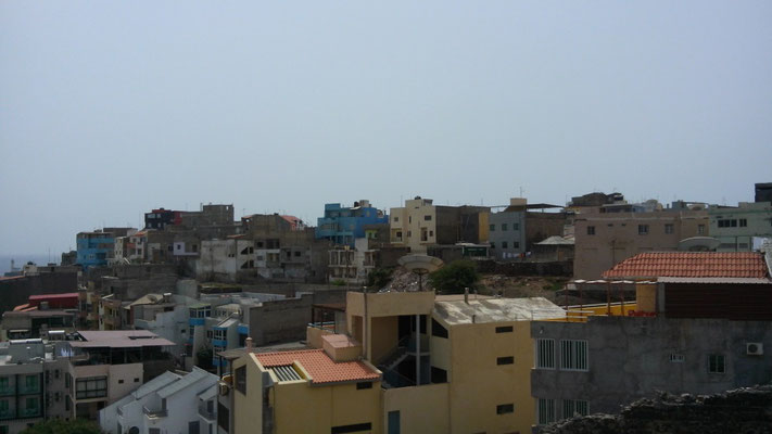 """Blickvon der Dachterrasse unseres Hotels """"Perola"""" auf Praia"""