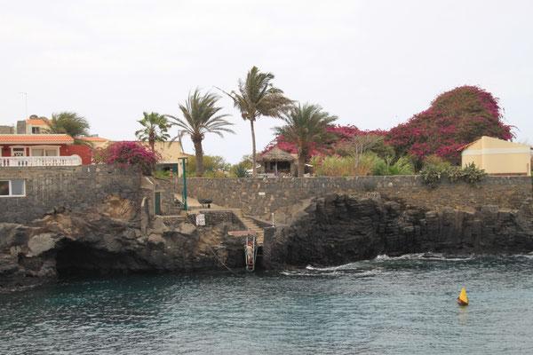 Felsenküste mit Hotelanlage