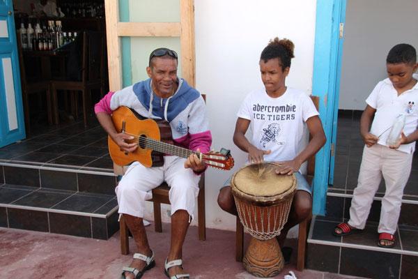 Vater, Sohn und Enkel machen Musik