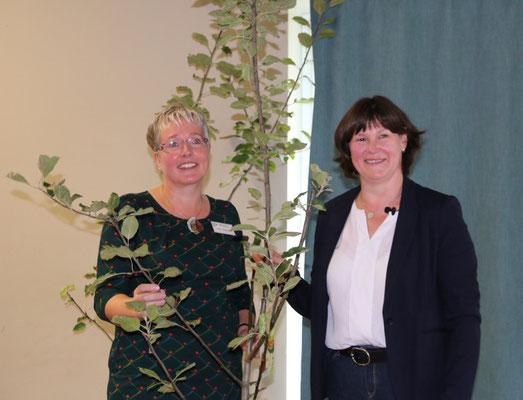 Die Kreisvorsitzende Petra Fahje bedankt sich bei der Ortsvorsitzenden Birgit Markmann für die Gastfreundschaft.