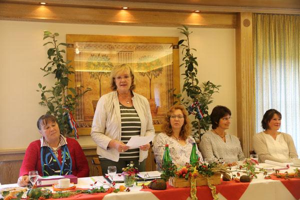 Kreisvorsitzende Jutta Neuber begrüßt die anwesenden LandFrauen.