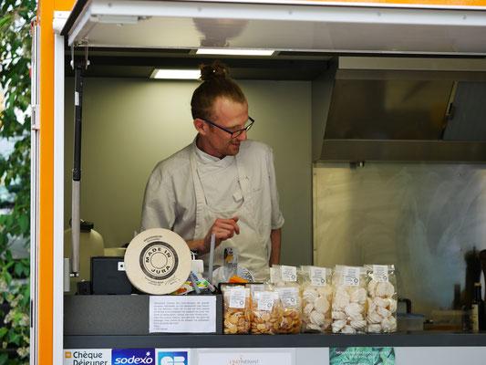 benoit de l'eat'inérant, food truck gastronomique à lons, prépare le ravitallement des troupes - foire aux plantes de lons le saunier - association llb