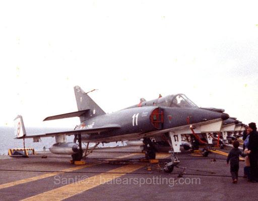 """Etendart IVM """"11"""" de la 16F sobre la cubierta del R99 Foch en los '80"""