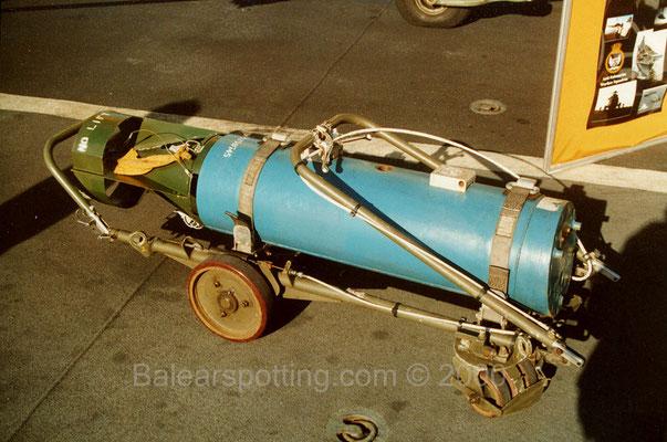 Carga de profundidad Mk.11 en uso para los Sea King (R05 Invincible 01.11.2000)