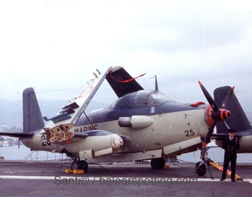 """Breguet Alize """"25"""" de la 4F sobre la cubierta del R99 Foch en los '80"""