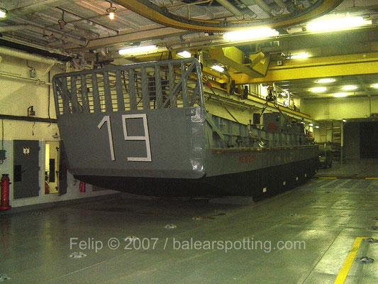 MEN 219 en el interior de la cubierta de garaje, a popa se encuentra un pequeño pozo para los lanchones y un portón para la carga rodada