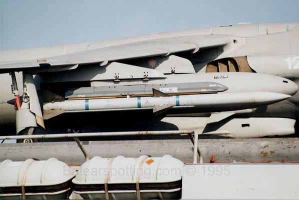 Misil AIM-120 AMRAAM dispuesto en un Sea Harrier FA.2 (R05 Invincible 29.05.1995)