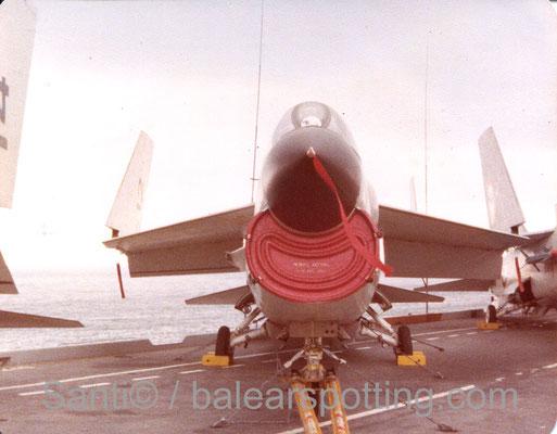 F-8E Crusader de la 12F sobre la cubierta del R99 Foch en los '80