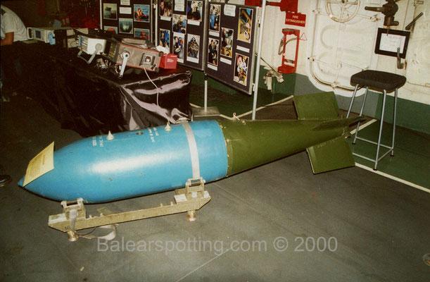 Bomba de fragmentación de 454Kg. en uso para los Sea Harrier (R05 Invincible 01.11.2000)