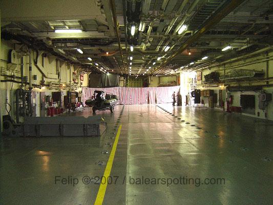Vista hacia proa de la cubierta de garage / hangar del L9892 San Giorgio
