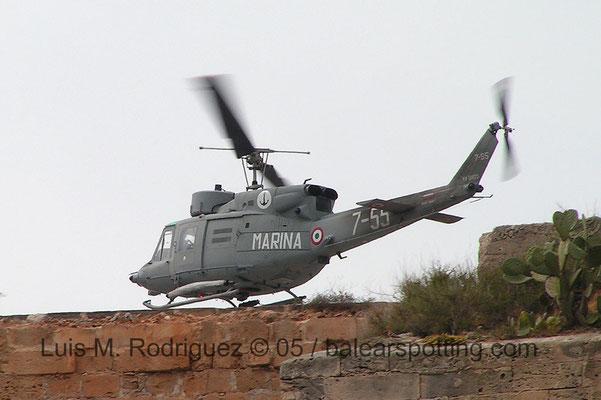Helicóptero AB-212ECM de dotación en la F782 Artiglieri sobrevolando el Castillo de San Carlos