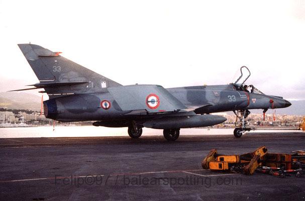 """Super Etendart """"33"""" de la 17F sobre la cubierta del R99 Foch en 1997"""
