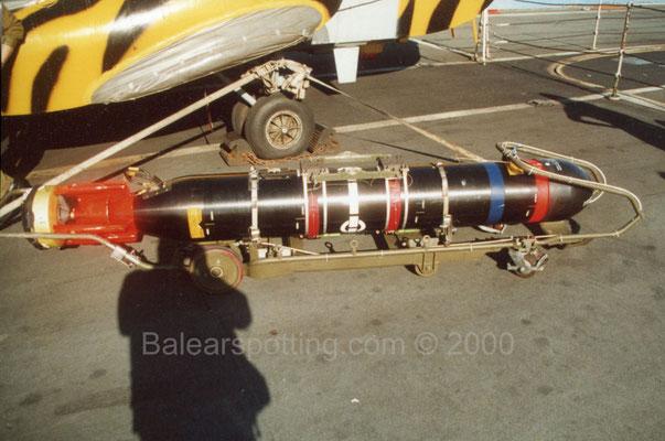 Torpedo ASW STINGRAY en uso para los Sea King (R05 Invincible 01.11.2000)