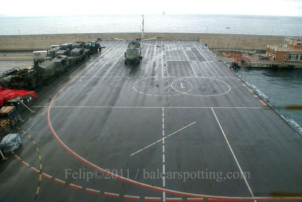 El buque cuenta con una amplia cubierta de vuelo...