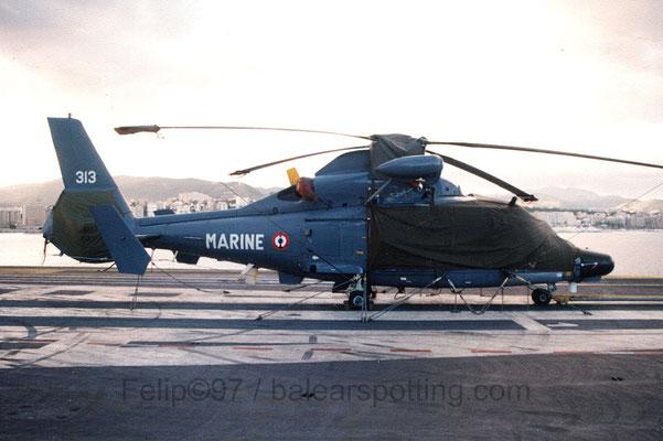 """SA-365F Dauphin 2 """"313"""" de la 23 Escadrille sobre la cubierta del R99 Foch en 1997"""