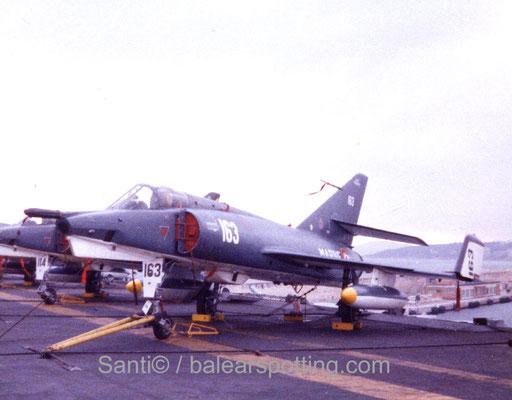"""Etendart IVP  """"163"""" de la 16F sobre la cubierta del R99 Foch en los '80"""