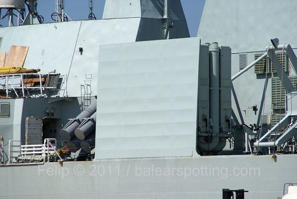 Lanzador VLS Mk28 de 8 celdas para misiles RIM-7M SEA SPARROW junto a los lanzadores de los RGM-84 Harpoon