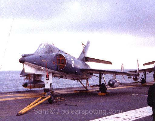 """Etendart IVM """"9"""" de la 16F sobre la cubierta del R99 Foch en los '80"""