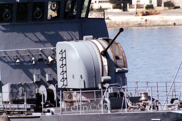 ... al cañón Bofors de 40mm con casamata ...