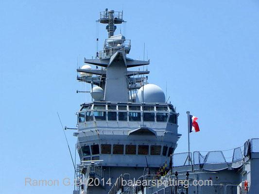 Detalle de la isla con el puente de mando y primario de vuelo.