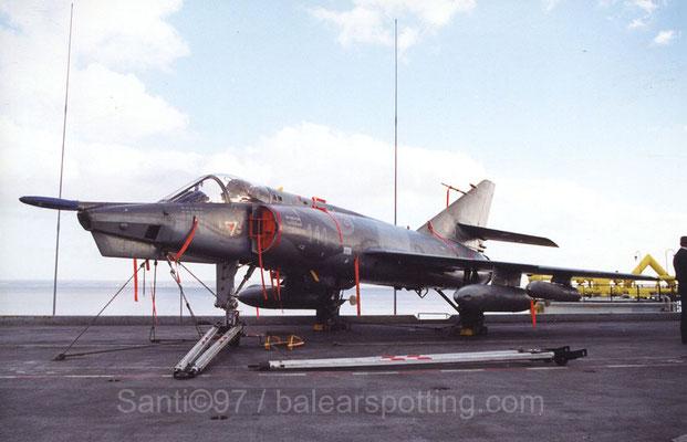 """Etendart IVP  """"114"""" de la 16F sobre la cubierta del R99 Foch en 1997"""
