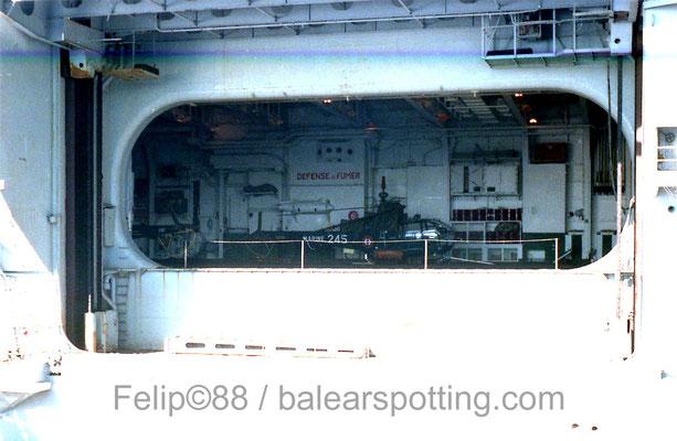 """SA-319B Alouette III """"245"""" de la 23 Escadrille en el interior del hangar del R99 Foch en 1988"""
