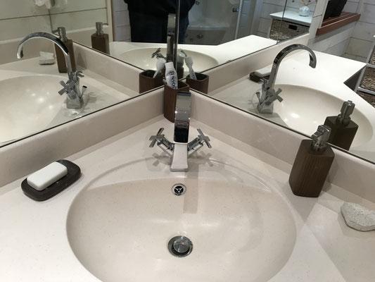Bad unten Waschbecken