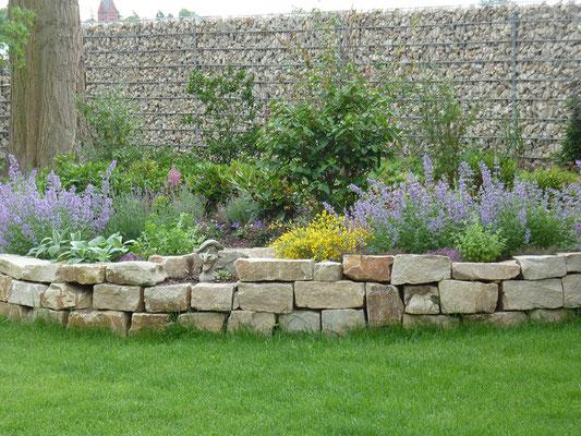 Gabionen-Wand mit Naturstein-Füllung