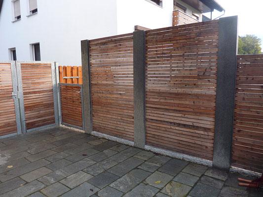Sichtschutz Naturstein-Stehlen/Holzleisten