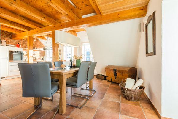 Wohnzimmer in warmen exotischen Farben mit afrikanischen Dekoelementen
