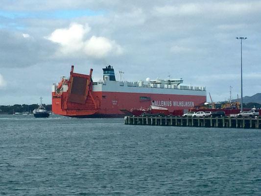 Bye bye Bus... wir sehen uns hoffentlich bald in Brisbane wieder! Das Frachtschiff mit unserem VW-Bus an Bord verlässt den Hafen