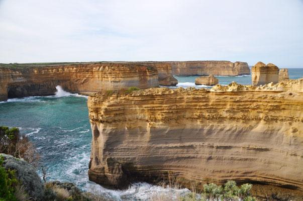 Bizarr geformte Steilklippen entlang der Küste